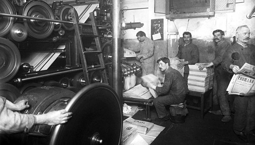 Typographes au travail autour des rotatives de L'Auto, journal sportif