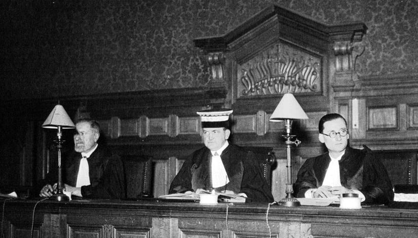 Trois juges, au tribunal